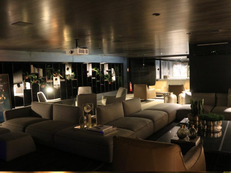 Arquitetos apostam na releitura de bares residenciais e criam ambiente impecável