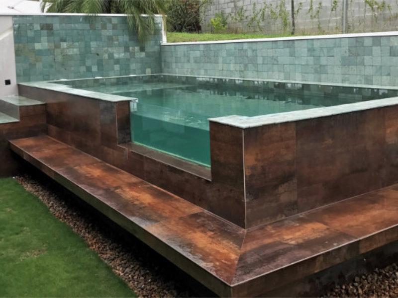Nado Livre inova com projeto de piscinas com paredes e visores de vidro