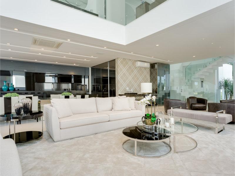 Tons neutros e atemporalidade valorizam projeto de interiores